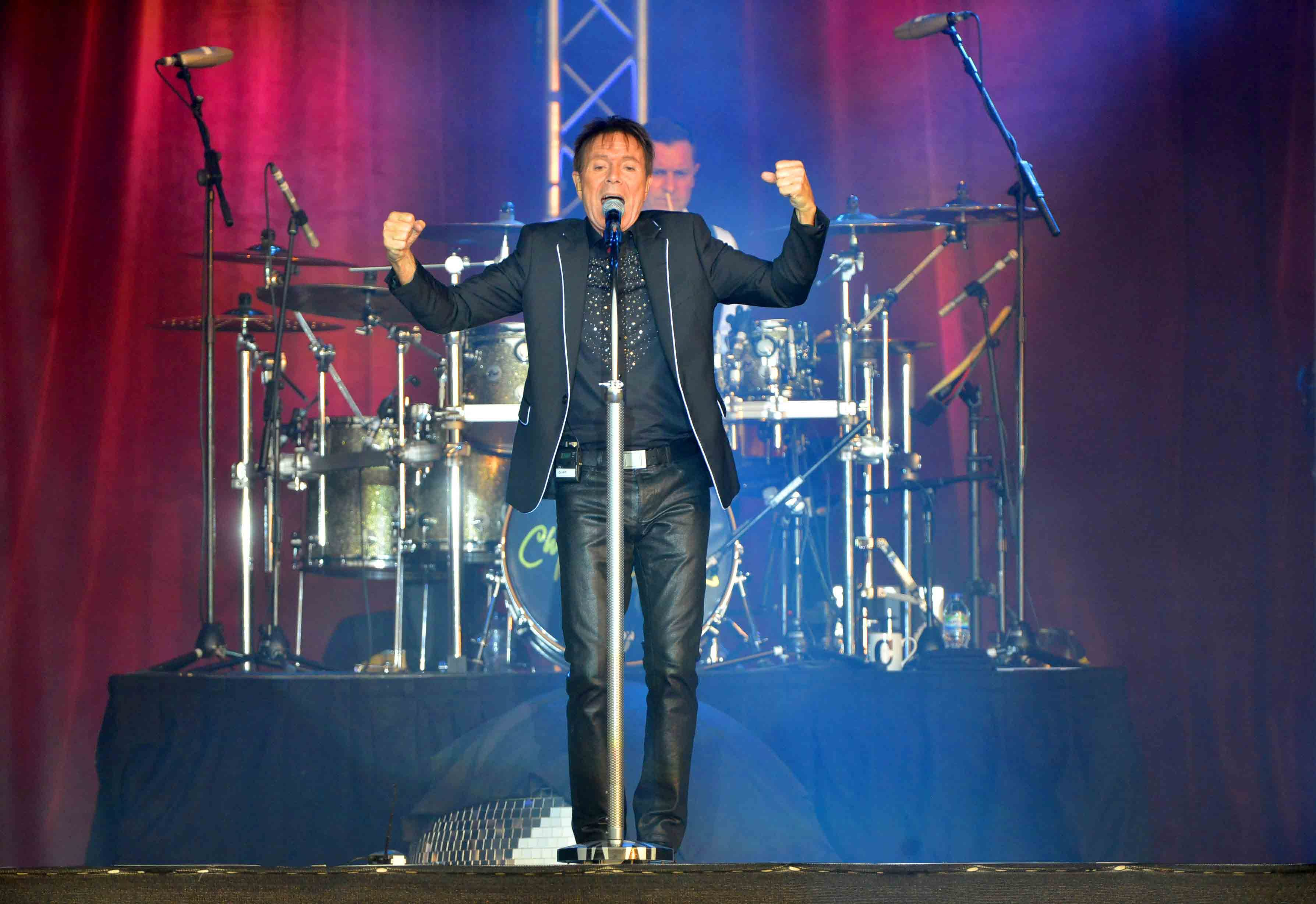 Cliff Richard at Walcot Hall: Star and fans are wired for sound ...